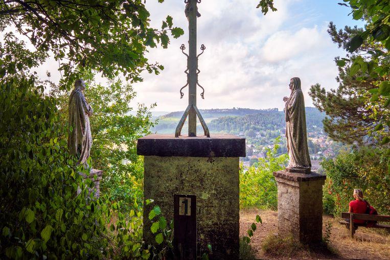 Een schietgebedje naar Jezus en Maria net voor de steile afdaling naar Bomal. Beeld null