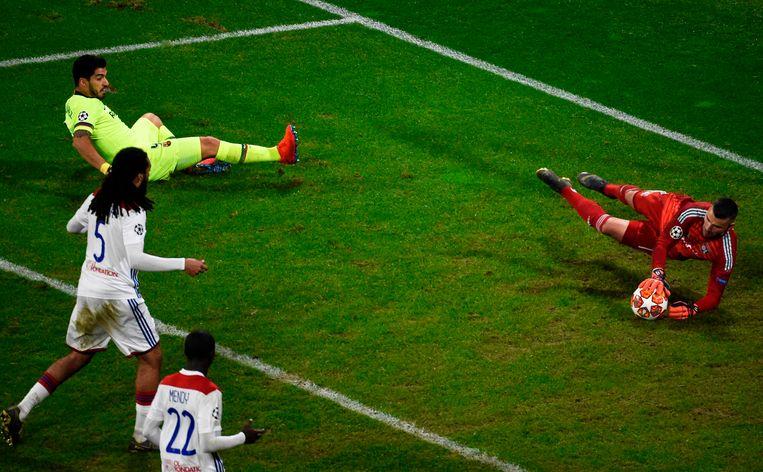 Denayer kijkt toe hoe Suarez -opnieuw- mist.