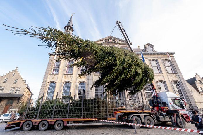 Op de Lierse Grote Markt werd maandag een metershoge kerstboom geplaatst.
