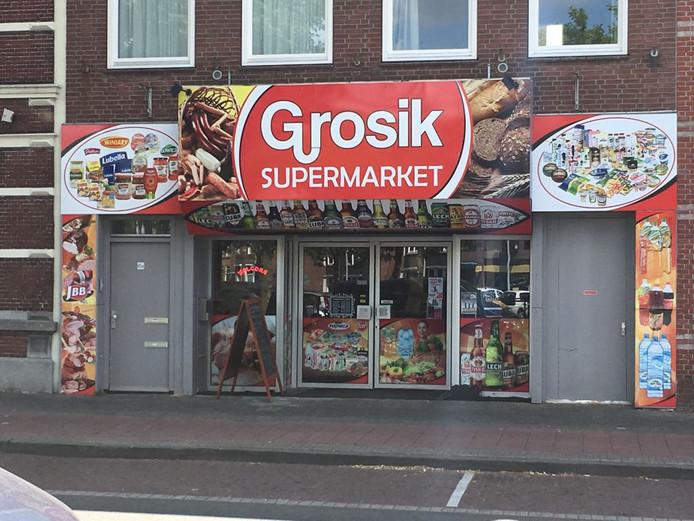 De reclamestickers aan de zijkanten van het pand aan de Bredasestraat moeten weg. Gebeurt dat niet binnen twee weken, dan riskeert de huurder een boete van 1.000 euro.