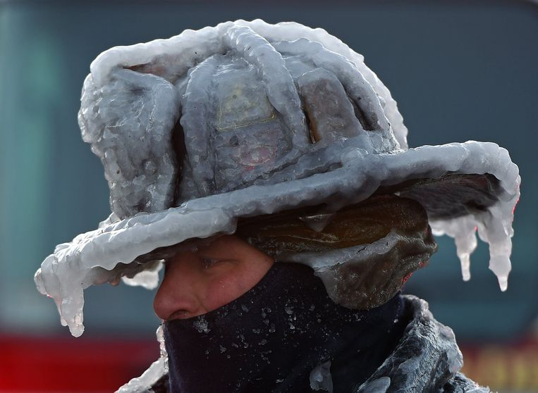 Een brandweerman met bevroren helm en pak in Massachusetts op nieuwjaarsdag.