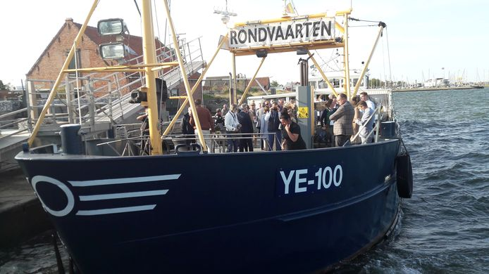 De YE100 meert aan met aan boord de genodigden tijdens de opening van het oesterseizoen.