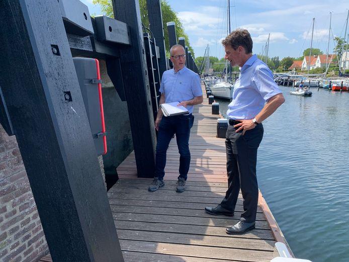 Restauratie-adviseur Jaco Poortvliet (l) en wethouder Pieter Wisse bekijken het eindresultaat