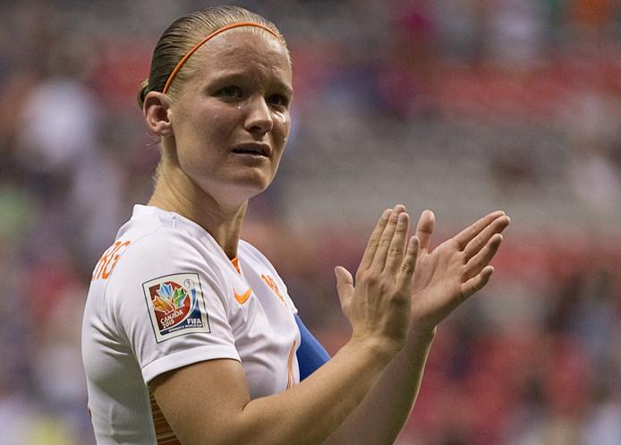 Mandy van den Berg in tranen na het verliezen van de achtste finale tegen Japan (2-1).