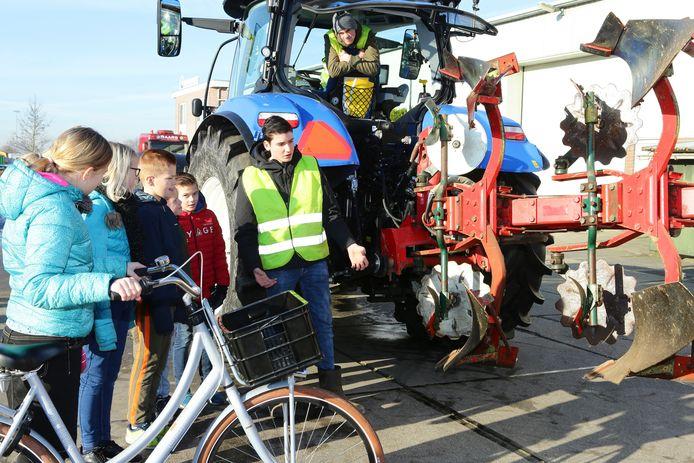 Kinderen leren wat een bestuurder van een tractor ziet, of beter wat hij niet ziet.