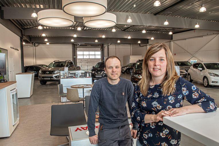 Anthony Verhaeghe en Laura Willaert in hun nieuwe garage.
