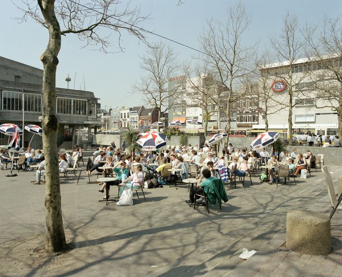 Vol terras bij Muziekcentrum Vredenburg, in 1987