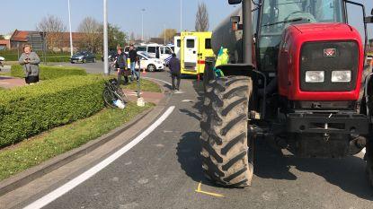 78-jarige fietser komt na misverstand over voorrang onder wielen tractor terecht en wordt in kritieke toestand afgevoerd