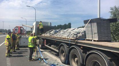Lading klinkers belanden op weg op verkeerswisselaar in Aalbeke