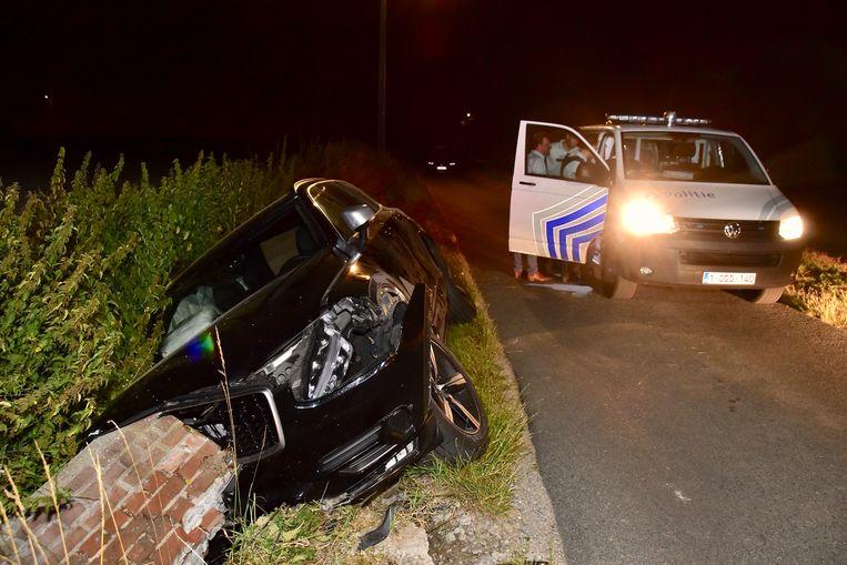 De Volvo XC90 van de man uit Heestert belandde langs de Pontstraat in de gracht tegen een gemetselde duiker.