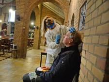 Coronatest in Bentelo: witte pakken in Onze Lieve Vrouwekerk