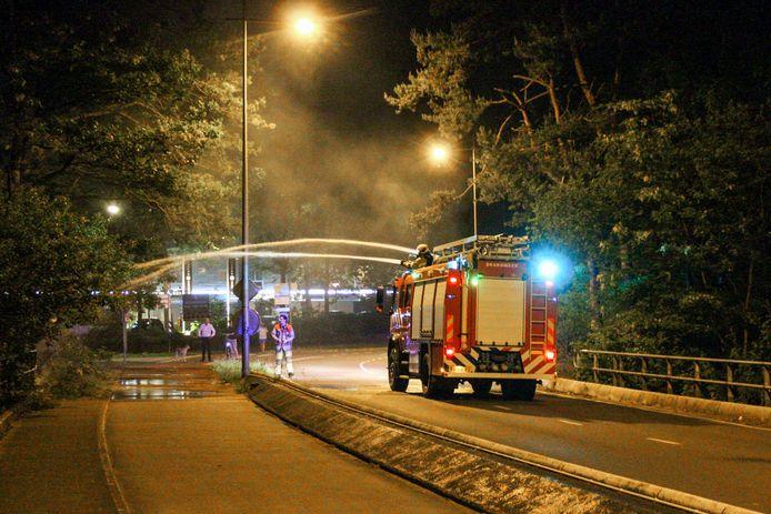 Met een speciaal bosbrandvoertuig wist de brandweer het vuur rijdend te bestrijden.