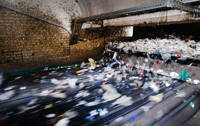 Bij 4Pet Recycling worden petflessen verzameld en vermalen tot een grondstof voor nieuwe producten.