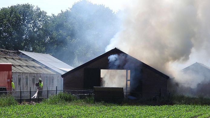 Er komt veel rook vrij bij de schuurbrand in Uden.