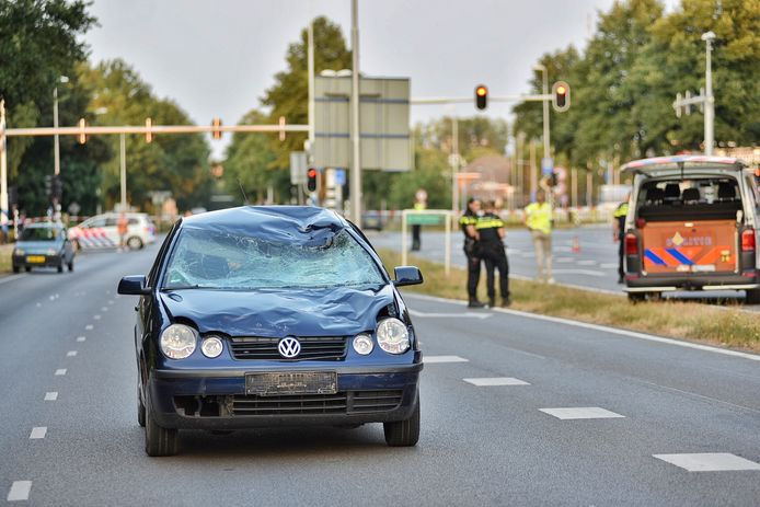 Op de beschadigde auto is goed te zien hoe de fietser op de voorruit terecht is gekomen.