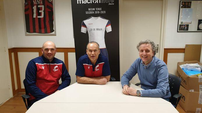 Davy Manders, en Marco Schriks met Wim de Roij, de eerste trainer van de fusieclub SV De Braak.