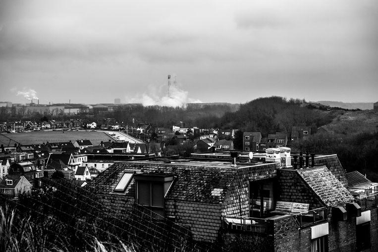 Veel van de vervuiling bereikt het dorp Wijk aan zee, wat vlakbij de hoogovens van Tata Steel ligt. Beeld Sébastien van Malleghem