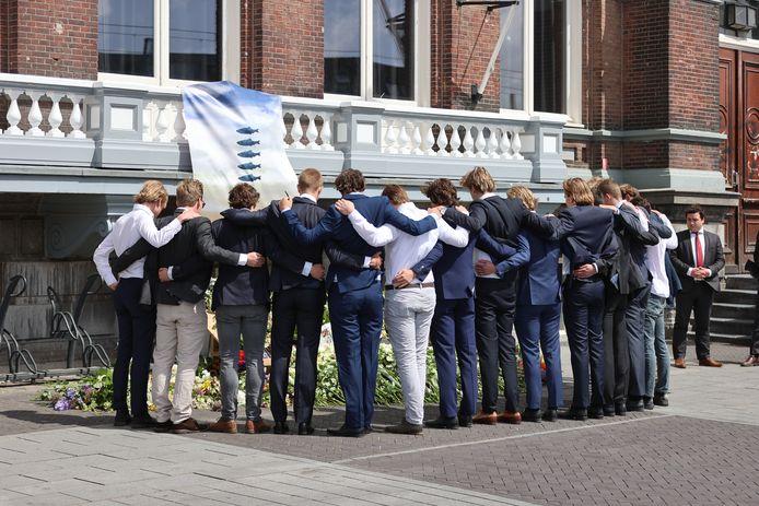 Honderden Delftse studenten namen afscheid van hun vrienden, de omgekomen surfers Max en Mathijs.