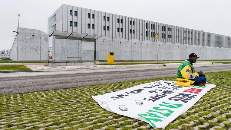 Een uitgeprocedeerde asielzoeker demonstreert bij detentiecentrum Schiphol. Deze foto is niet van fotograaf Robert Glas. Beeld anp