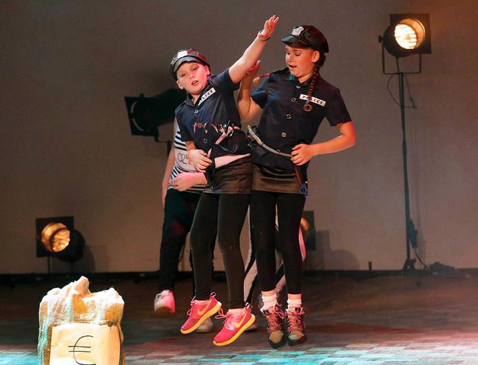 Halderbergs Talent, Larissa ,Annik, Jada en Deallia , met zn vieren een dansgroep , en de voorste twee komen goed los van de vloer meiden zijn van groep 7 van De Klinkert . foto :Gerard van Offeren / Pix4Profs