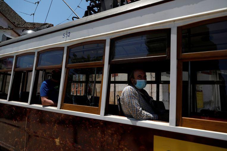 Tram 28 rijdt onder meer door de oude binnenstad van Lissabon. Beeld Reuters