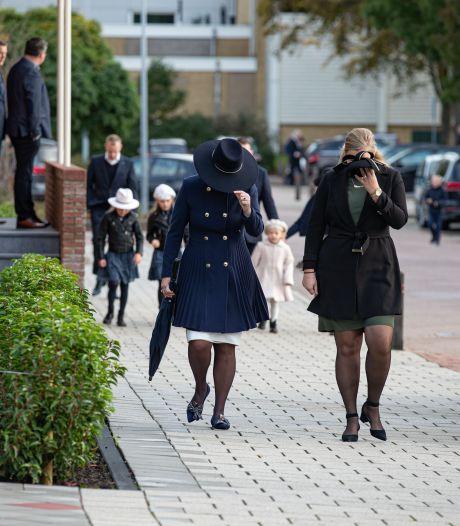 Alle ogen zijn gericht op Staphorst, maar op Urk zitten honderden mensen in de kerk