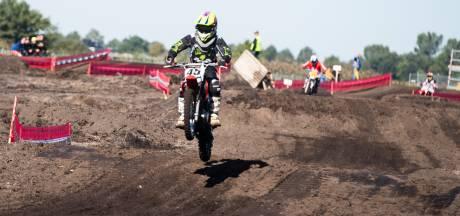 Knetterende motoren tijdens MC De Wieke Motorcross Event in Westerhaar