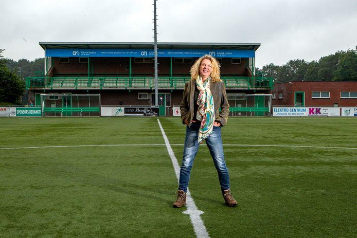 Karin de Graaff schreef het boek 'Langs de Lijn'. Een voetbalroman over verlies en liefde. Het verhaal speelt zich af bij verschillende voetbalclubs in de regio Salland.