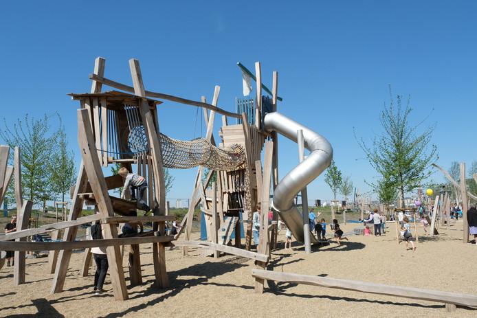 De speeltuin is 125 meter lang en tussen de 10 en de 15 meter breed en bevat 25 houten speeltuigen.