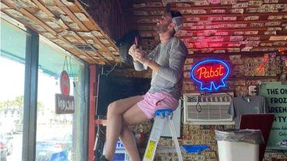 Amerikaanse bar haalt jaren aan vastgeniete dollars van plafond om werknemers te betalen