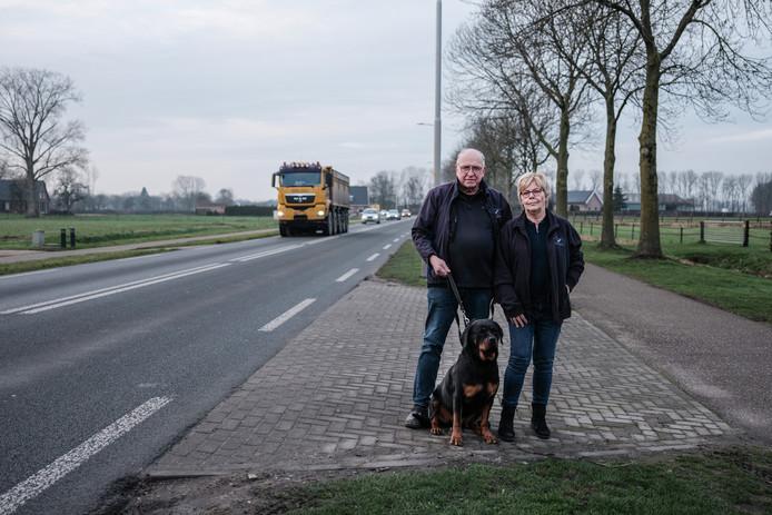 Jan en Els Berndsen van hondenhotel De Tatelaarhoeve met Rottweiler Izzy bij bij de afslag  aan de Tatelaarweg naar hun bedrijf.