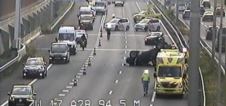 Gekantelde auto blokkeert A28 bij Zwolle