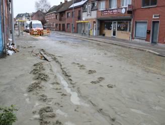 Breuk in waterleiding veroorzaakt modderstroom in Damstraat: Farys voert herstellingswerken uit