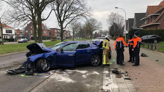Peperdure Maserati in de prak gereden op Prins Boudewijnlaan