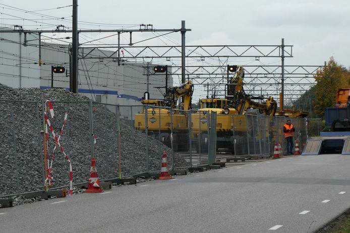 Bergen ballast liggen op stelplaten al klaar naast de berm van de Parallelweg-Zuid.