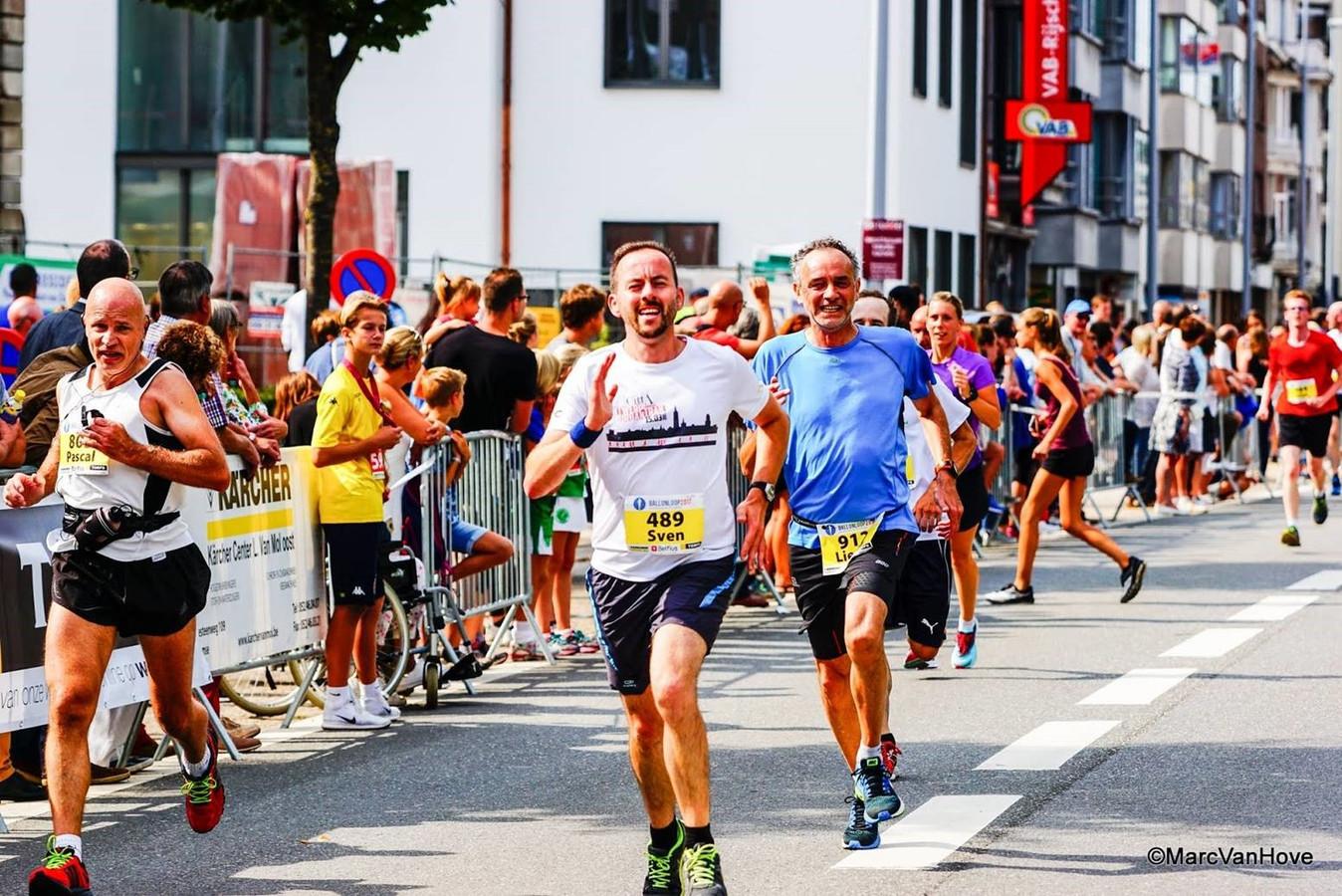 Lieven Wauters (blauwe shirt) loopt zaterdag 8 augustus 2020 solo de Kustmarathon.