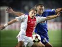 Wesley Sonck namens Ajax in duel met Cannavaro.