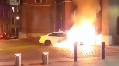 Vrouw opgepakt voor brandstichting politievoertuigen