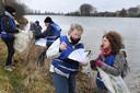 Nieuwe vrijwilligers turven allerlei soorten afval langs de Maas bij Cuijk.