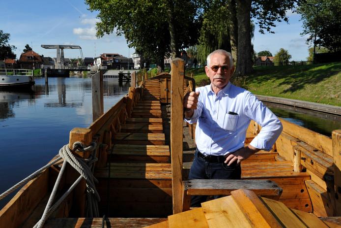 Henk Vlot op de replica van het Romeinse schip in de Woerdense haven. Volgende week begint mogelijk het laatste seizoen met deze uitvalsbasis.