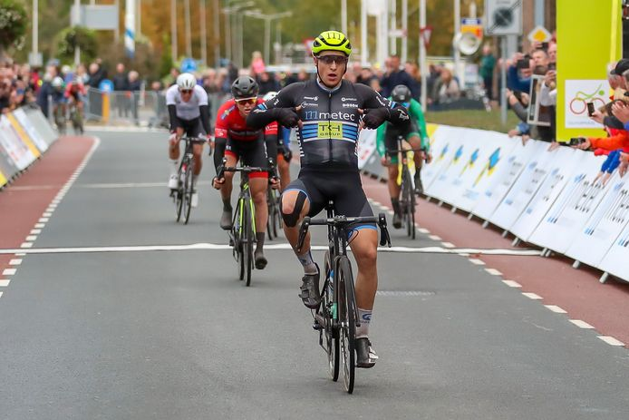 Arvid de Kleijn wint de derde etappe in Olympia's Tour. De renner van Metec is de snelste in de straten van Hardenberg.