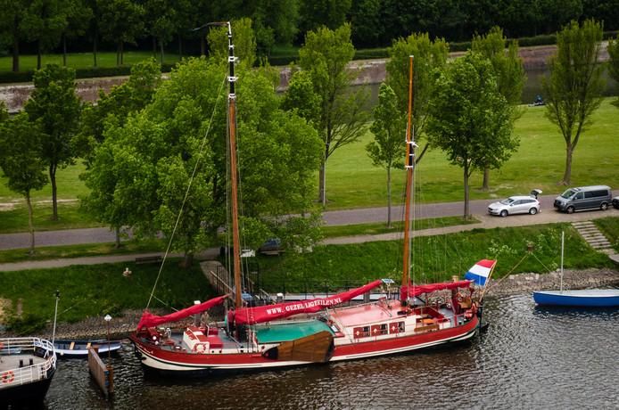 De klipperaak Linquenda II ligt nu nog voor anker in Hellevoetsluis. Vanaf juni verzorgen Jan en Simone Ruitenga met dit schip een veerdienst naar de Hoeksche Waard en Goeree.