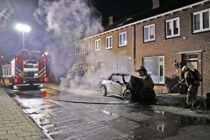 Brandweerlieden blussen de brand aan de Hendrikstraat in Boxmeer.