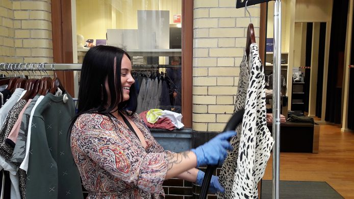 Iris van Steenpaal stoomt kleding die gepast is bij The Sting in Bergen op Zoom