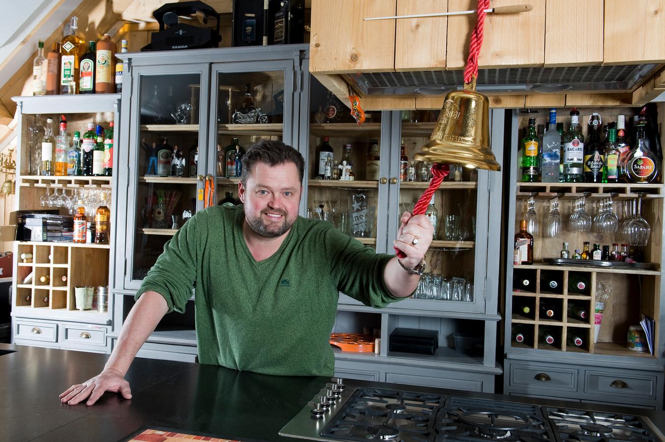 Frans Duijts in zijn bar aan huis.