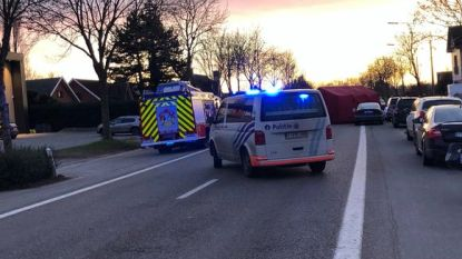 Meisje (15) overleden nadat ze samen met haar broertje (5) straat oversteekt en wordt aangereden