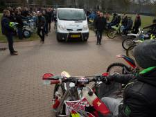 Indrukwekkend eerbetoon in Zutphen aan overleden zijspancrosser Hans