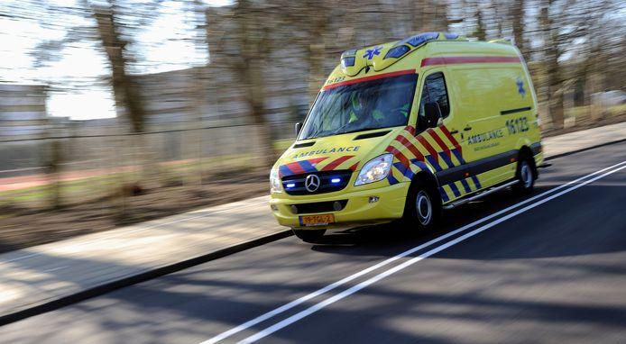 Een ambulance opweg naar een spoedgeval.