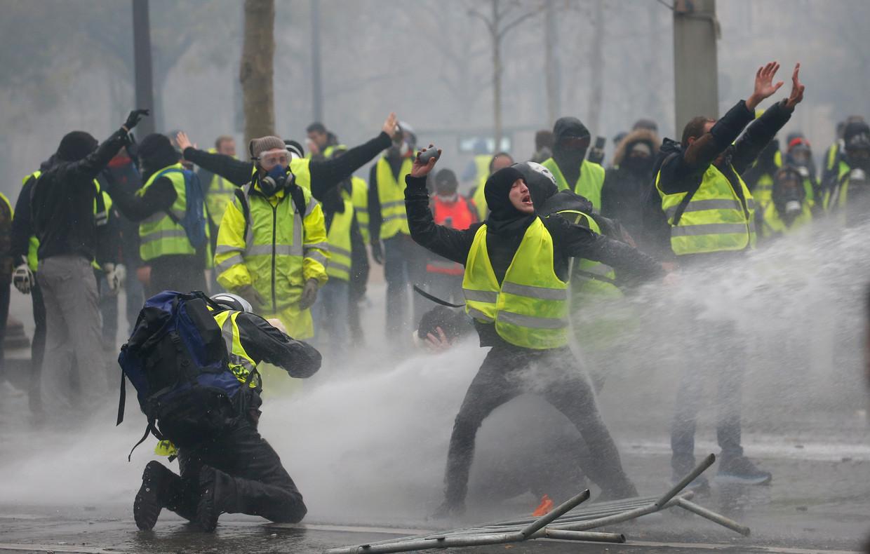 De confrontatie tussen de gele hesjes en de politie in Parijs waren grimmig.