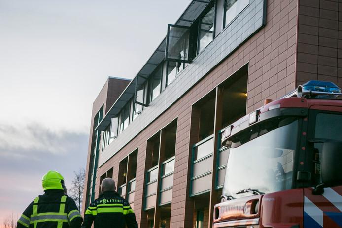 De brand in Buren brak uit bij de bovenverdieping van het appartementencomplex.